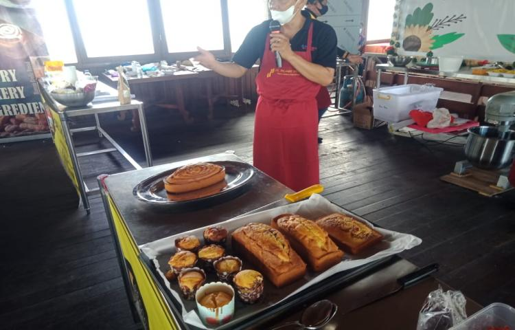 Produk-hasil-pelatihan-roti-bakrey-oleh-umkm-di-restaurant-madu-sari.html
