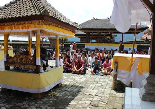 Sembahyang Bersama di Pura Ulun Danu Beratan saat Study Lapangan Bintek Pelaku Pariwisata 2013