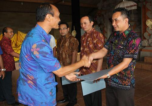 PEMBERIAN PENGHARGAAN KEPADA DESA/ KELURAHAN  PENCAPAI REALISASI TERTINGGI TARGET PBB-P2  TAHUN 2014