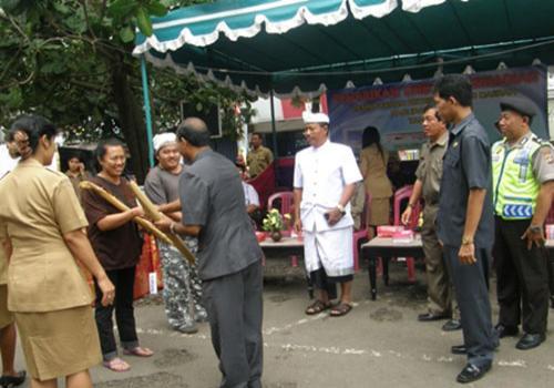 PENGUNDIAN KARCIS/KUPON BERHADIAH KEPADA PEMBAYAR RETRIBUSI PASAR TAHAP I TAHUN 2012