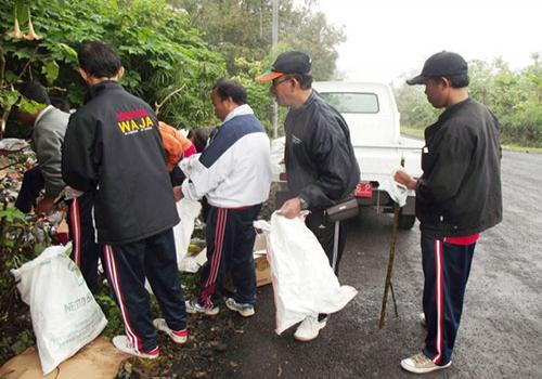 Bersih--bersih-Sampah-Plastik-di-Seputaran-Obyek-Wisata-Penelokan-Jumat-13-Juli-2012.html