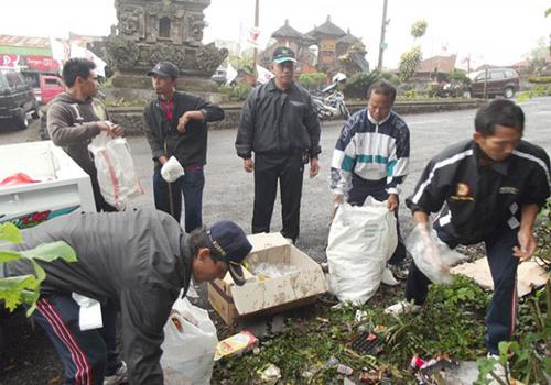 Bersih - bersih Sampah Plastik di Seputaran Obyek Wisata Penelokan, Kintamani, Bangli, Jumat, 13 Juli 2012