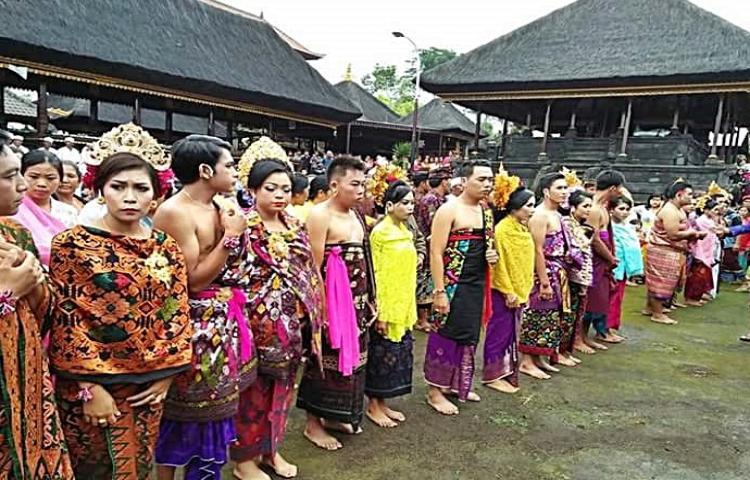 Arsip-Statis-Tradisi-Pernikahan-Masal-di-Desa-Pengotan-Bangli.html