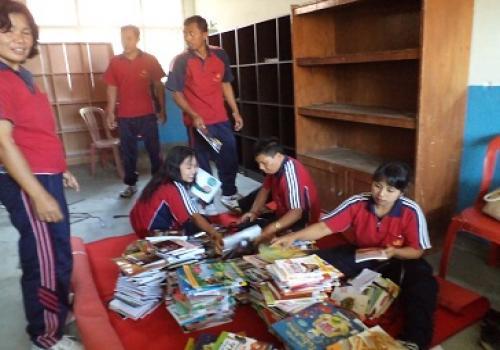 Penataan Koleksi di Rumah Pintar Tunas Muda Desa Katung ,Kintamani