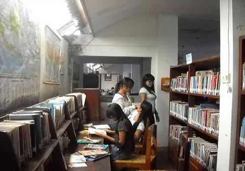Pengunjung Sedang Asik Membaca dan Mencari Buku