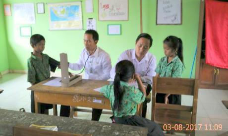 Pemeriksaan kesehatan berkala anak-anak SDN2 Penglumbaran oleh Tim UKS/Puskesmas Susut I.