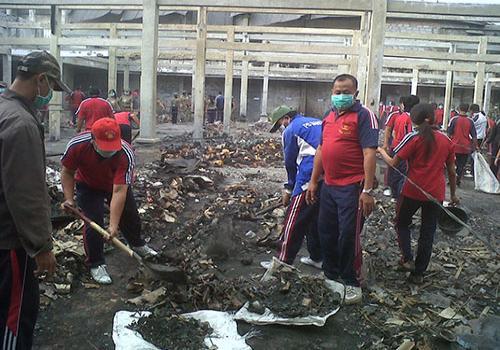 Staf Kec. Susut Kerja Bakti di Pasar Kidul