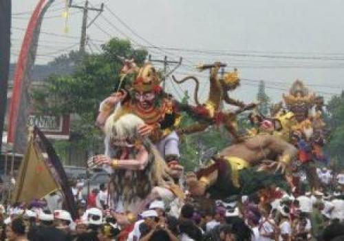 Pawai Budaya Ogoh-Ogoh di Desa Tiga