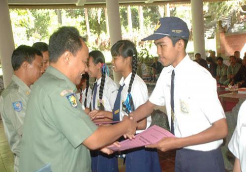 Bupati Bangli Serahkan Beasiswa bagi Siswa Berprestasi