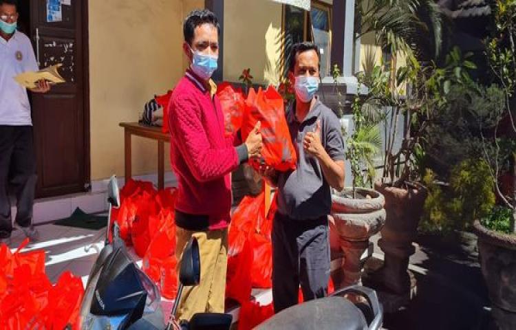 Penyerahan bantuan sembako oleh Bupati Bangli