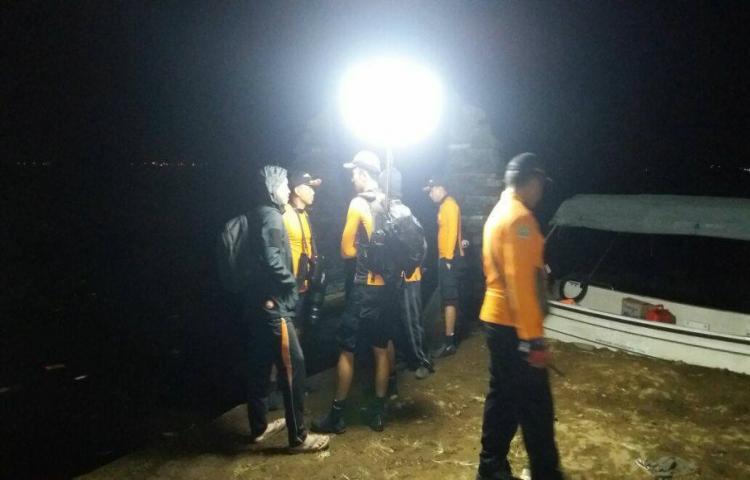 Informasi kejadian (Kecelakaan Tunggal) telah terjadi peristiwa laka lantas Mobil Penumpang jenis Suzuki APV dengan No Pol blm teridentifikasi jatuh ke Danau Batur - Kintamani