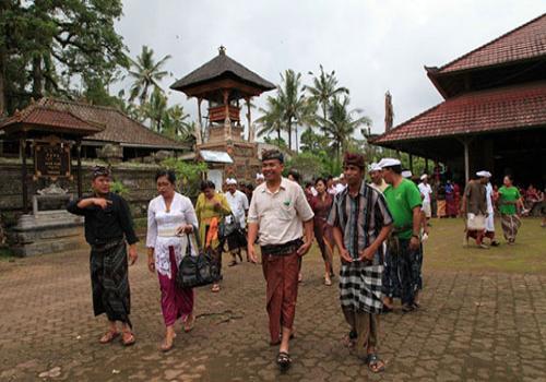 Gerakan Pembangunan Desa Sistim Gotong Royong di Desa Peninjoan Tembuku Bangli